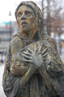 irish-famine-woman-sculpture