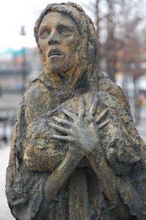 irish-famine-woman-sculpture